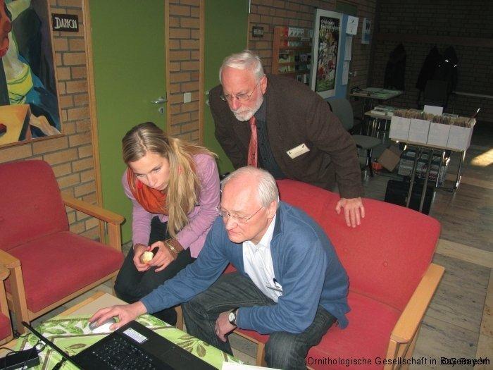 Letzte Vorbereitungen am Stand des Tagungsbüros - Jürgen Weckerle, Margarete und Manfred Siering
