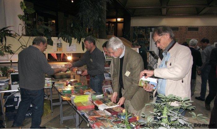 Bücherstand des Aula-Verlages mit Tagungsteilnehmern