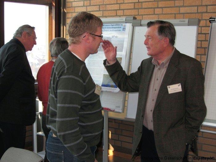 Markus Unsöld von der ZSM (links) und Dr. Einhard Bezzel im Pausengespräch
