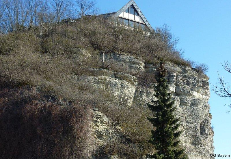 Die Benediktushöhe in Retzbach auf einem Felssporn hoch über dem Maintal – Lebensraum der Zippammer und Tagungsort für die 3. Bayerischen Ornithologentage. Foto: Schuphan