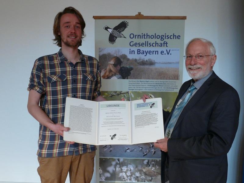 Verleihung des Walter-Wüst-Preis an Felix Närmann (links) durch Manfred Siering (rechts)