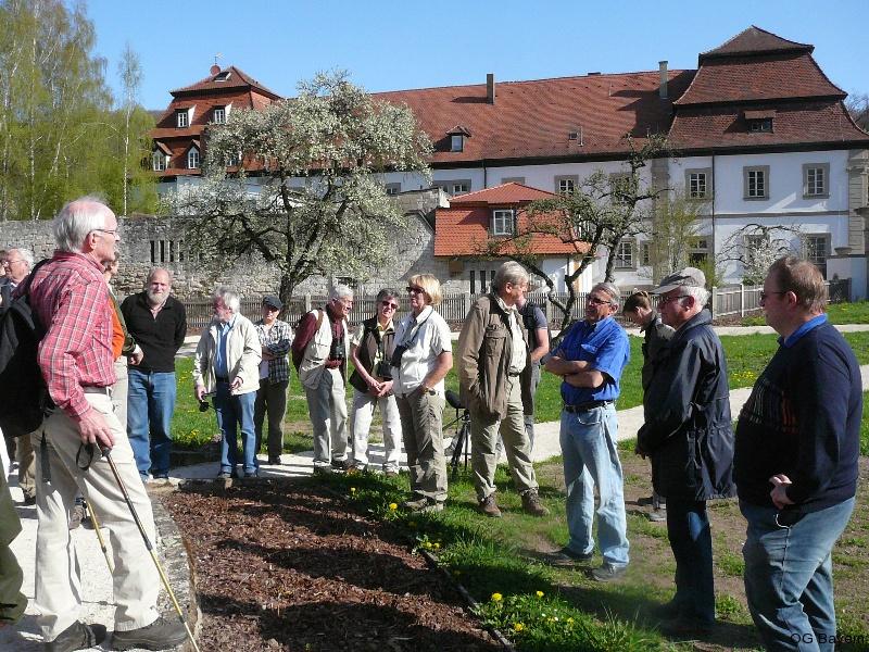 Begrüssung durch Dr. Georg Sperber (links) im Klostergarten von Ebrach. Foto: Robert Pfeifer