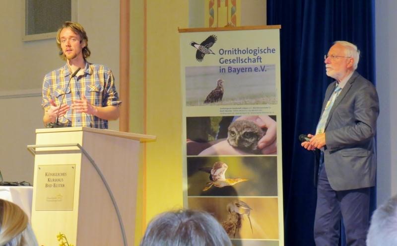 Verleihung des Walter-Wüst-Preis 2016 der Ornithologischen Gesellschaft in Bayern e.V. an Felix Närmann (links), überreicht von Manfred Siering (rechts)